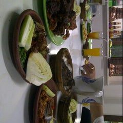 Photo taken at Rumah Makan Prima spesial kepiting Comal by Natalia W. on 2/5/2012