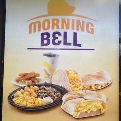 Photo taken at Taco Bell by Mario Alfredo S. on 11/24/2013