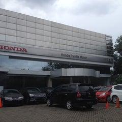 Photo taken at Honda Pacific Motor (Dealer Mobil Honda) by Charles H. on 12/23/2013