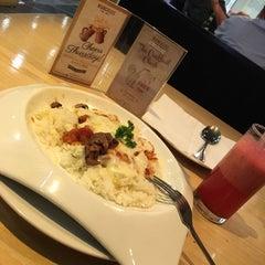 Photo taken at MUNCHIES Restaurant & Bar by iqbalslater on 12/10/2015