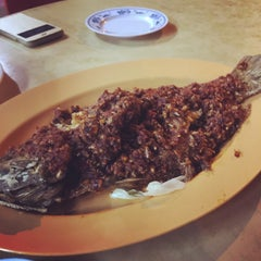Photo taken at Lai Huat Seafood Restaurant 来发海鲜菜馆 by Brina A. on 6/17/2015