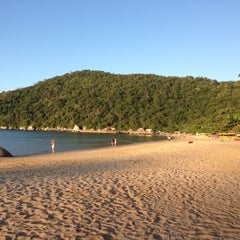 Photo taken at Praia de Laranjeiras by Roseli S. on 4/20/2013