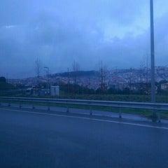 Foto tirada no(a) Burhaniye Mahallesi Metrobüs Durağı por Oğan K. em 3/25/2016