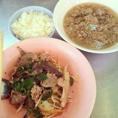 Photo taken at ก๋วยเตี๋ยว วิชัย (Wichai Noodle) by Bank T. on 12/21/2014