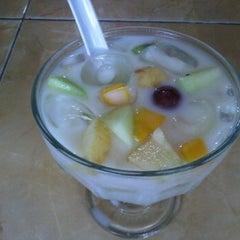 Photo taken at Sop Buah Sumatera by Kris on 9/12/2011