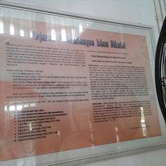 Photo taken at Masjid Jami' Adji Amir Hasanoeddin by Desika P. on 10/5/2014