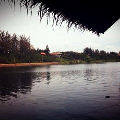 Photo taken at เรือนแพ ฟิชชิ่งปาร์ค (Ruen Pae Fishing Park) by Biere S. on 5/12/2013