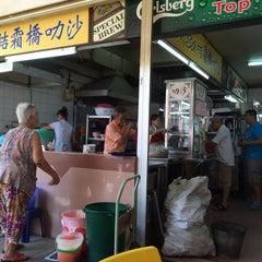 Photo taken at Sungei Road Laksa 结霜桥叻沙 by Jon G. on 6/28/2015
