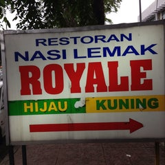 Photo taken at Nasi Lemak Royale by Firzs on 7/6/2013