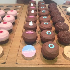Photo taken at Sprinkles Cupcakes by Inessa C. on 7/17/2013