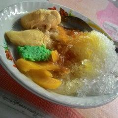 Photo taken at Segitiga Erlangga Food Court by Yunanto P. on 12/23/2014