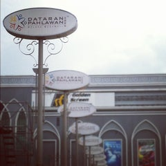 Photo taken at Dataran Pahlawan Melaka Megamall by ★KΛRRlΣll S. on 11/17/2012