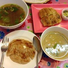 Photo taken at โรตี-มะตะบะ (Roti-Mataba) by Jummy C. on 5/23/2013