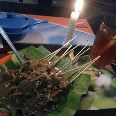 Photo taken at Sate Padang Triadi by Ed' B. on 12/19/2012