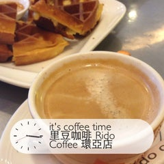 Photo taken at 里豆咖啡 Rido Coffee 環亞店 by Kevine L. on 1/26/2014