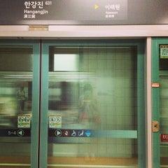 Photo taken at 한강진역 (Hangangjin Stn.) by K H. on 8/28/2013