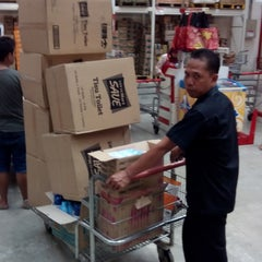Photo taken at LotteMart Wholesale by Anto S. on 11/19/2014