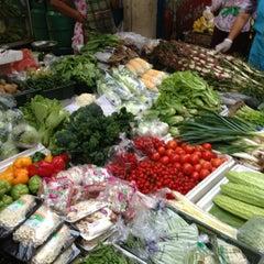 Photo taken at ตลาดตรอกหม้อ (Trok Mo Market) by Yui Y. on 1/23/2013