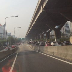 Photo taken at แยกสุทธิสาร (Sutthisan Intersection) by YoNgYeE on 4/9/2013