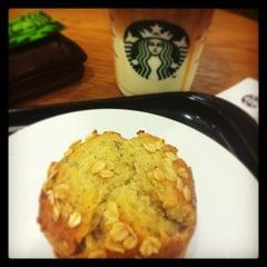 Photo taken at Starbucks (สตาร์บัคส์) by Man Rasta P. on 5/17/2013