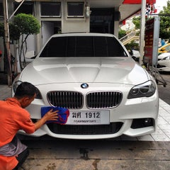 Photo taken at Bee Wash Car Detailing (บี วอช) by Tete V. on 5/25/2013