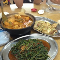 Photo taken at Ah Lye Curry Fish Head by Aaron A. on 12/19/2012