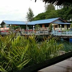 Photo taken at เรือนแพ ฟิชชิ่งปาร์ค (Ruen Pae Fishing Park) by IT サポート™ on 8/4/2015