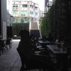 Photo taken at OldTown White Coffee by Vincent L. on 3/13/2015
