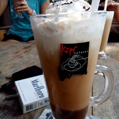 Photo taken at Kopi Selasar Sunaryo Cafe and art Galery. by lutvi y. on 5/11/2014