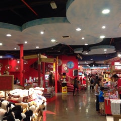 Photo taken at Hamleys by taher e. on 11/5/2014