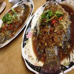 Photo taken at Restaurant Lan Je (兰姐清蒸非洲鱼) - Kepong by Vins l. on 1/17/2015