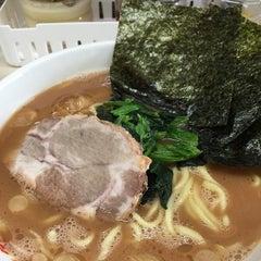Photo taken at 横浜ラーメン町田家 町田本店 by take-c m. on 10/31/2014