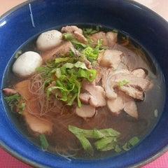 Photo taken at ก๋วยเตี๋ยวเนื้อวัว วัดดงมูลเหล็ก (Wat Dong Moon Lek Noodle) by Pattama M. on 9/14/2014