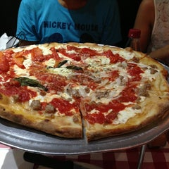 Photo taken at Grimaldi's Pizzeria by Simon K. on 7/2/2013