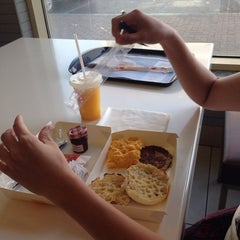 Photo taken at McDonald's - ماكدونالدز by Reden B. on 8/22/2014