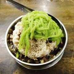 Photo taken at Ujang Corner Nasi Lemak Special BBS by Rucabella E. on 8/18/2015