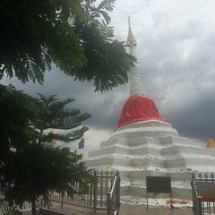 Photo taken at วัดปรมัยยิกาวาสวรวิหาร (Wat Poramaiyikawas Worawihan) by Parinda P. on 8/2/2015