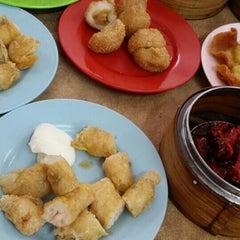 Photo taken at Wong Chow Dim Sum (皇座香港点心) by Anjoe C. on 9/13/2015