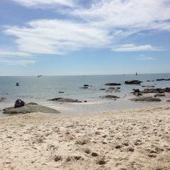 Photo taken at ชายหาดหัวหิน (Hua Hin Beach) by Zom.O S. on 6/1/2013