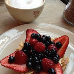 Photo taken at Le Pain Quotidien by Eunice F. on 7/29/2013
