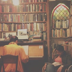 Photo taken at Shakespeare & Company by Tiabtawan L. on 6/28/2013