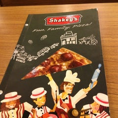 Photo taken at Shakey's by Mutya R. on 5/27/2013