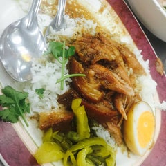 Photo taken at บะหมี่ แสบ X2 (Noodle+Khamoo Restaurant) by Cass M. on 8/31/2015