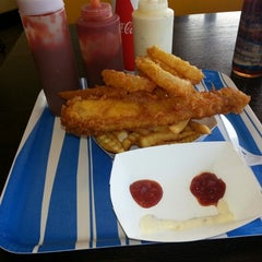 Photo taken at Harbor Fish and Chips by Che G. on 11/27/2012