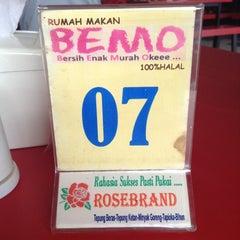 Photo taken at Rumah Makan (RM) Bemo by Albanus A. on 4/18/2013