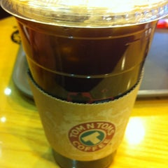 Photo taken at TOM N TOMS COFFEE by Um J. on 2/5/2013