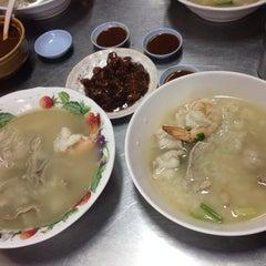Photo taken at ข้าวต้มปลา (ตรอกถั่วงอก) by PeNN ペ. on 10/25/2014