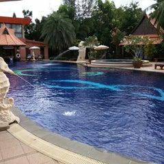 Photo taken at Baan Grood Arcadia Resort and Spa (บ้านกรูด อาเคเดีย รีสอร์ท แอนด์ สปา) by เพชรเจริญ ต. on 5/30/2015