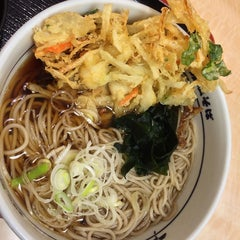 Photo taken at 箱根そば 新百合ヶ丘店 by Taquehiro I. on 12/17/2013