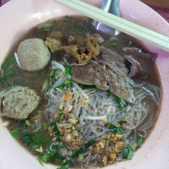 Photo taken at ก๋วยเตี๋ยวนำชัย ตลาดต้นพยอม by OuyBoyd O. on 9/22/2014